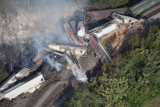Un tren de mercancías cargado de etanol y estireno descarrila y explota en Ohio
