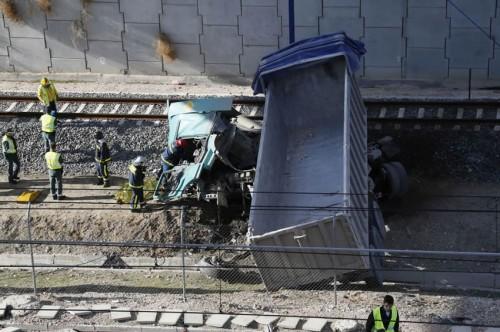 Cae un camión desde 12 metros a la vía del AVE Madrid – Barcelona