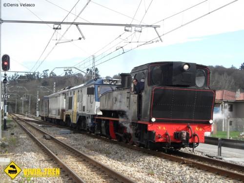 La locomotora VA8 sale a circular, en pruebas, por la vía estrecha asturiana