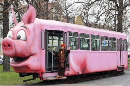 La pieza más grande que se expone en el museo del cerdo en Alemania es un tranvía