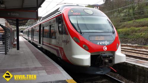 Tren Civia circulando con el nuevo logo de Cercanías