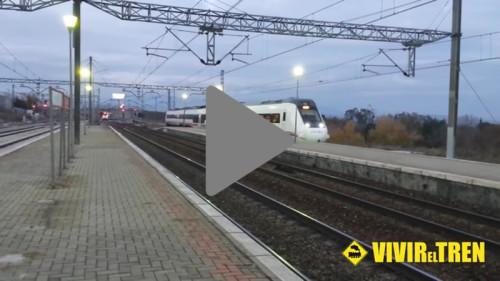 Cruce de trenes de Media Distancia en la estación de Pinar de las Rozas