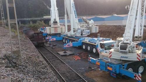 """Despliegue sin precedentes tras descarrilar uno de los trenes """"torpedo"""" de Arcelor"""