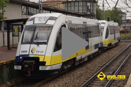 Trenes de FEVE a su paso por la estación asturiana de El Berrón