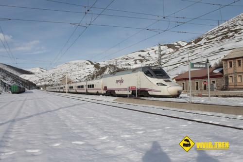 Trenes a su paso por la estación de Busdongo