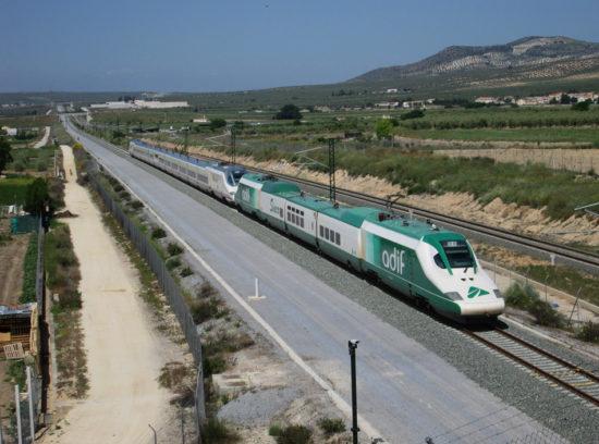El tren laboratorio de Adif remolca el primer tren AVE que llega a la estación de Granada