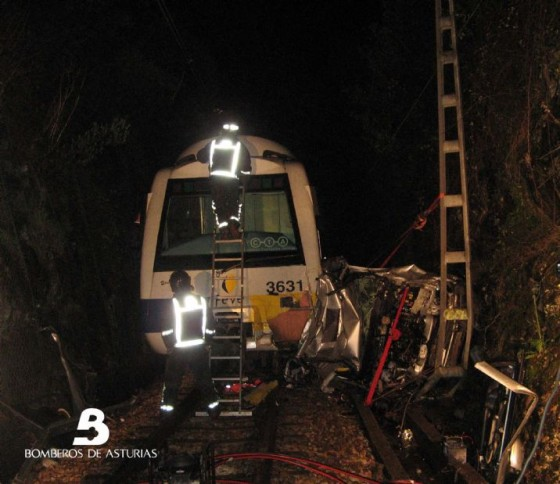 accidente tren FEVE coche Pravia