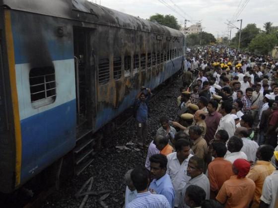 Un incendio en un vagón de tren en la India deja al menos 42 muertos