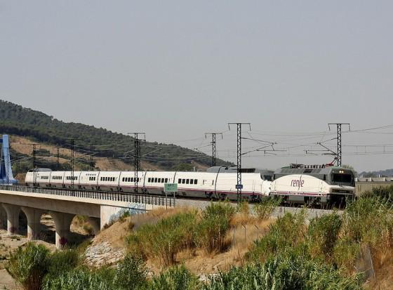 Primer AVE en circular (remolcado) por la línea de Alta Velocidad de Barcelona a Francia
