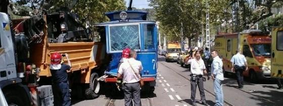 Un choque entre el Tranvía Azul de Barcelona y un camión causa 15 heridos