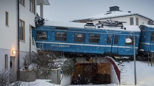 Una mujer roba un tren en Estocolmo y lo estrella contra un bloque de viviendas [Vídeo]