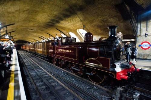 Viaje aniversario, en una locomotora de vapor, en el Metro de Londres