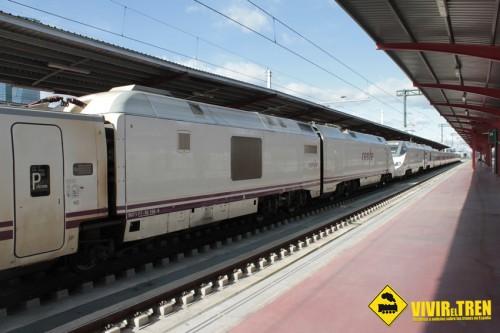 ALVIA Híbrido y AVANT S-114 en la estación de Madrid Chamartín