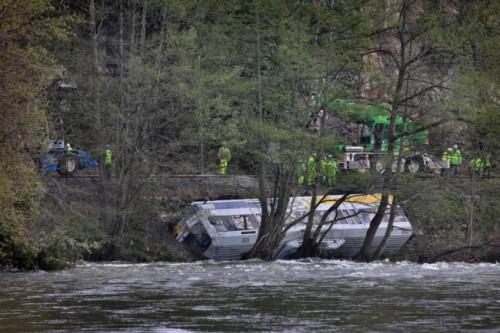 El tráfico ferroviario, tras el accidente de un tren de Renfe-Feve en Golbardo, se restablecerá el lunes