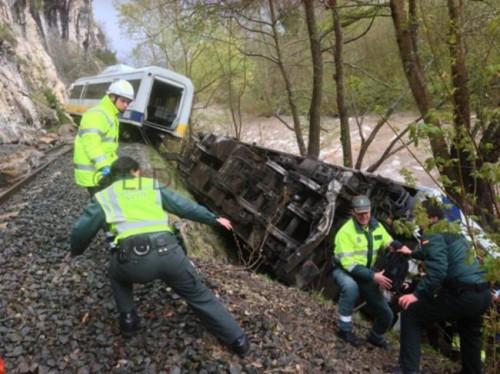 Descarrila un tren de RENFE-FEVE en Cantabria y uno de los vagones vuelca sobre la orilla del río