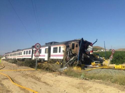 15 heridos en un choque de un tren de Cercanías contra un camión en Pulpí