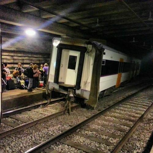3 heridos al descarrilar un tren de Rodalies en la estación de Sant Andreu Arenal