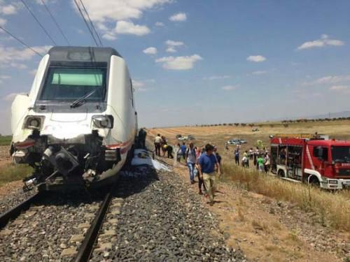Un tren de Media Distancia arrolla un tractor y deja 5 heridos leves