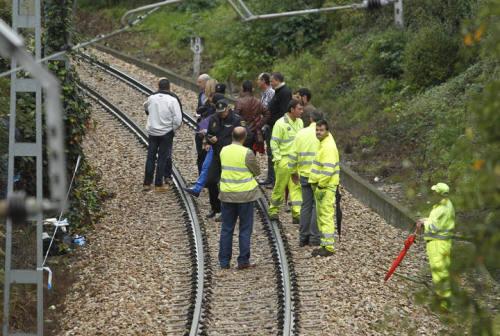Aparece un bebé muerto dentro de una maleta sobre las vías del tren en Oviedo