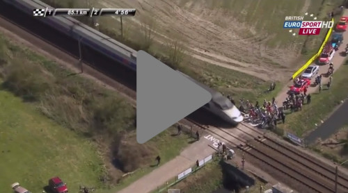 Un tren TGV interrumpe peligrosamente unos minutos la Clásica ciclista París-Roubaix