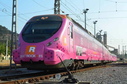El primer tren con vinilos de publicidad en el exterior es un tren Civia de Rodalies