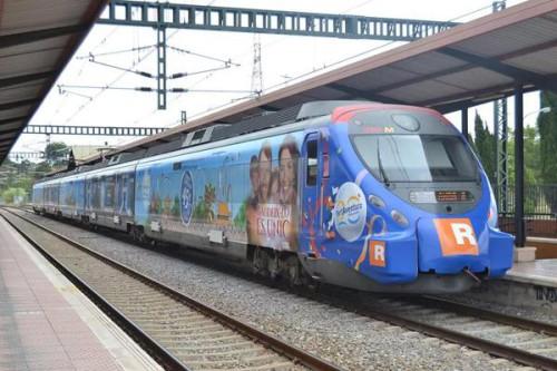 Tren Civia de Rodalies con vinilos de publicidad en el exterior de PortAventura