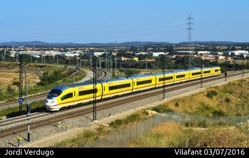 Renfe vinila uno de sus trenes AVE con publicidad de Correos